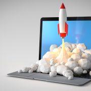 cohete despegando desde una laptop