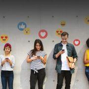 Personas con celular mandando mensajes de redes sociales