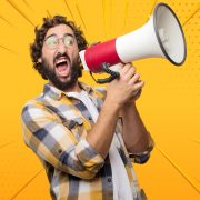 Hombre con megáfono - publicidad digital